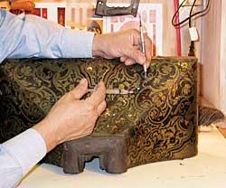 Conservation d'un support d'horloge Boulle par Rick Vogt